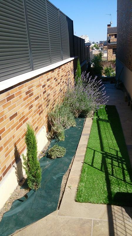 instalacin de csped artificial decorativo en jardineras de vivienda