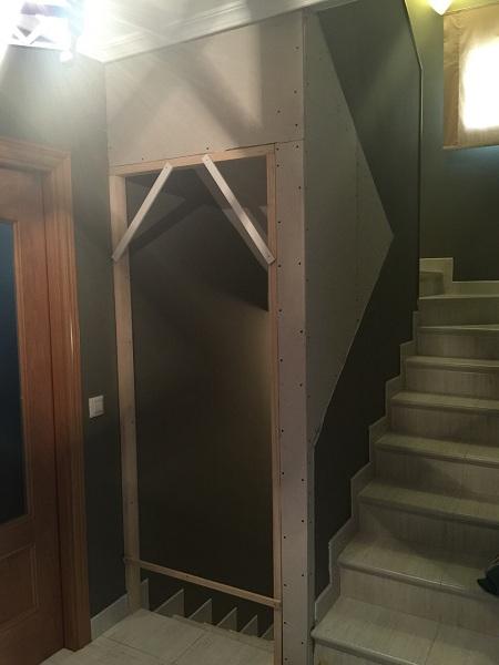Instalaci n de pladur en escaleras de vivienda con puertas - Puertas para escaleras ...