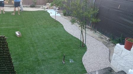 Dise o de jard n con c sped artificial instalando goteo e - Instalacion electrica jardin ...