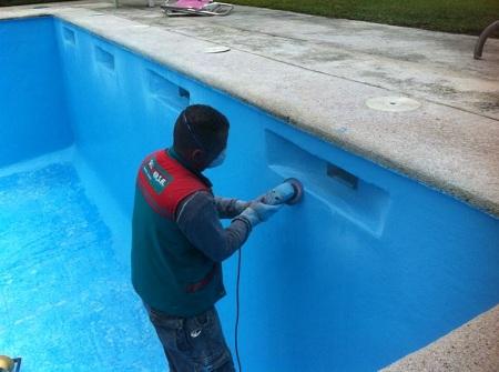 Reparaci n de piscina en urbanizaci n con resina de poliester for Piscinas enterradas poliester
