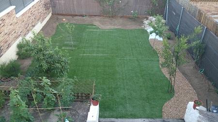 Dise o de jard n con c sped artificial instalando goteo e for Instalacion electrica jardin